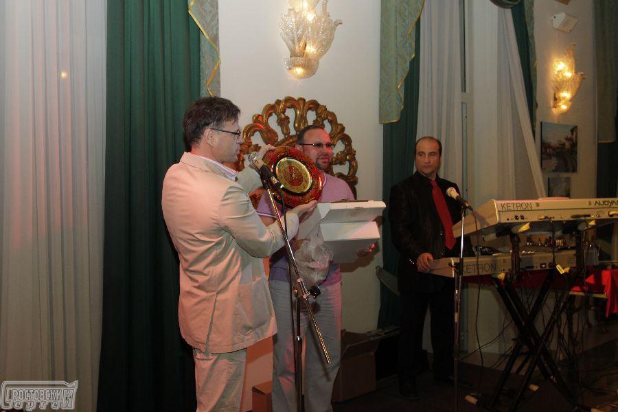 Сергей Ростовский презентует подарок своим гостям