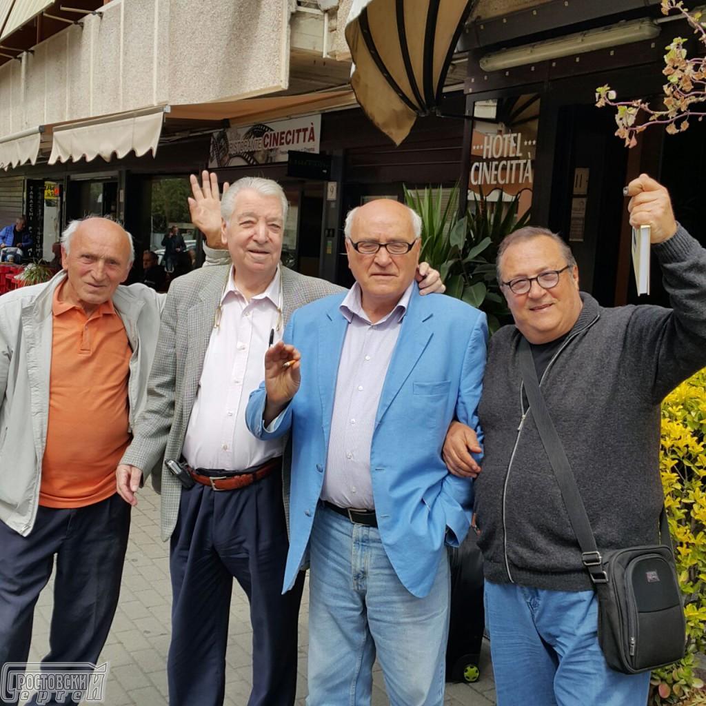 Робертино Лорети с друзьями и первым экземпляром книги-автобиографии