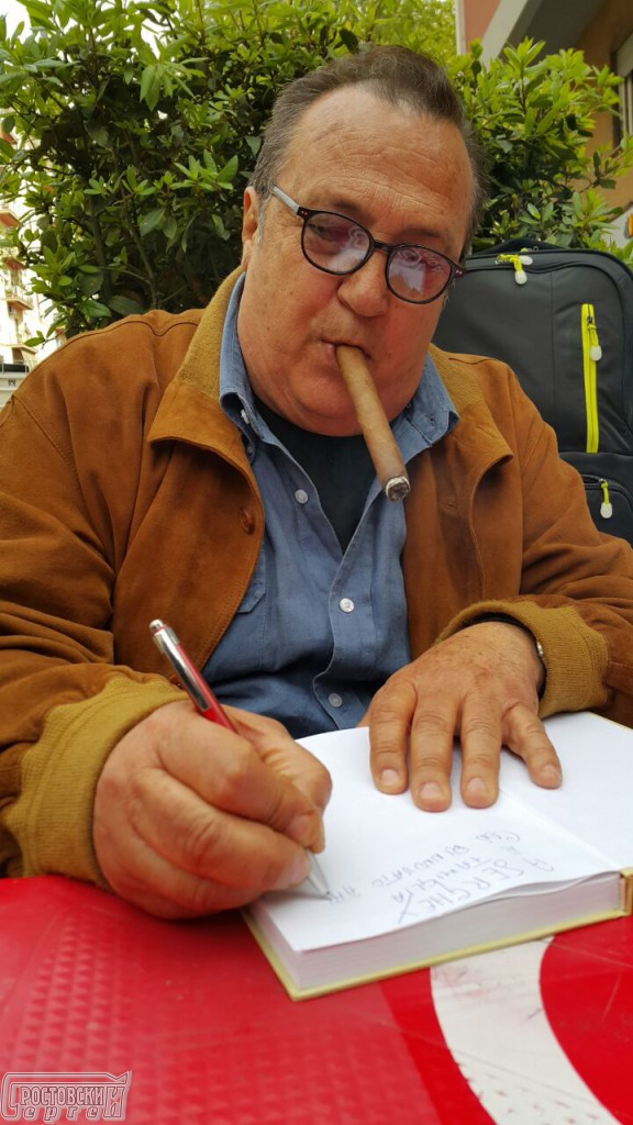 """Робертино Лорети (Лоретти) подписывает первую книгу-автобиографию """"Однажды это случилось со мной"""""""